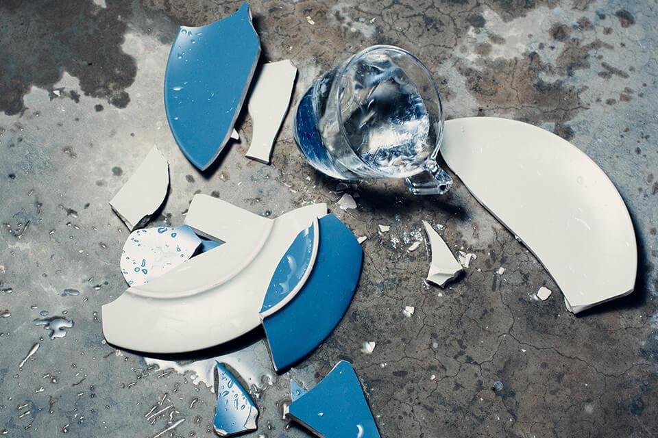 割れたお皿とコップ