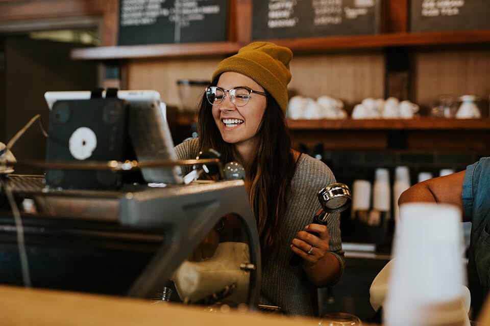 カフェで接客している店員