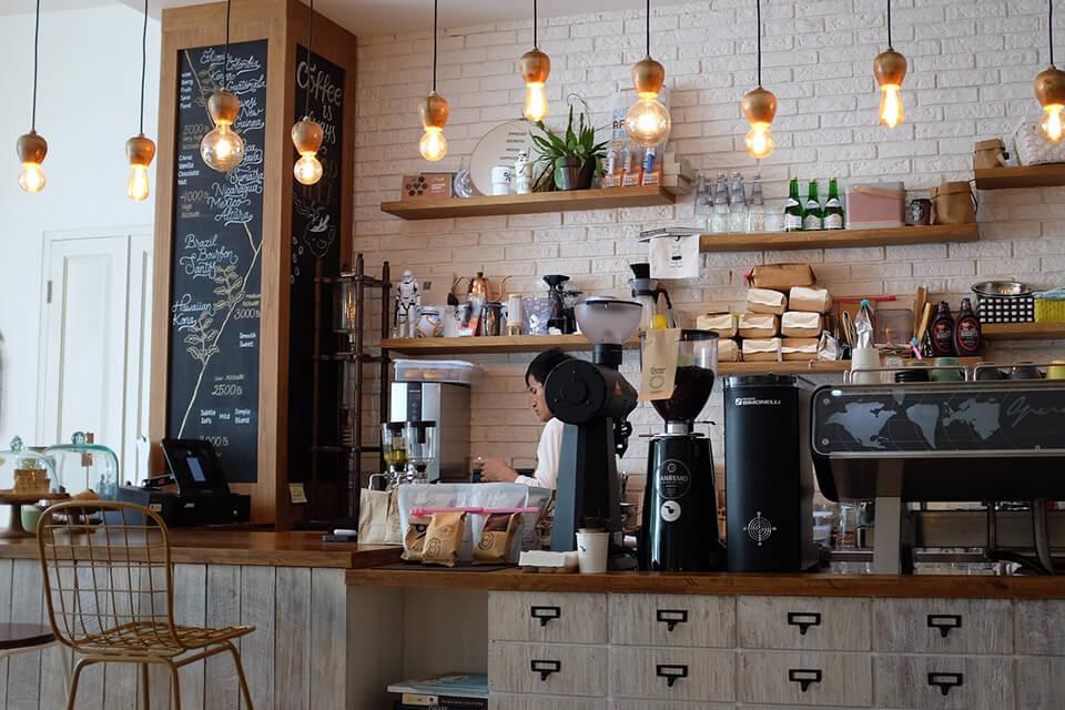 カフェで働いている人の様子