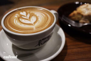 ネイバーフッドアンドコーヒーのラテとチョコレートスコーン