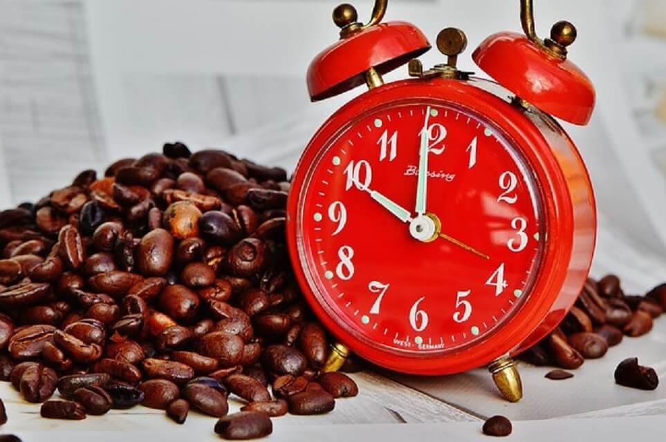 赤い時計とコーヒー豆