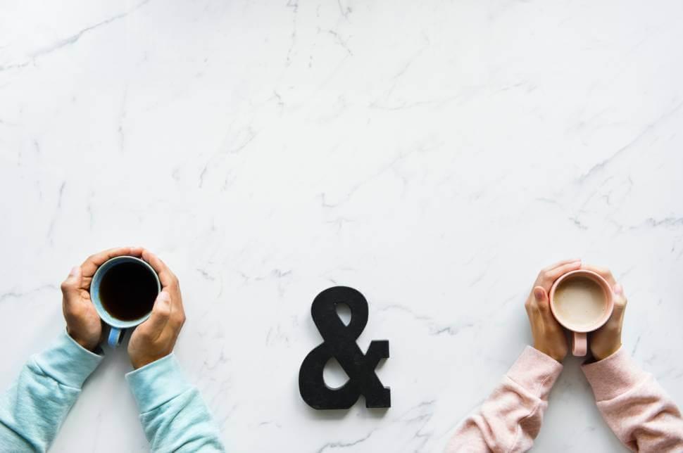 コーヒーを持つカップル