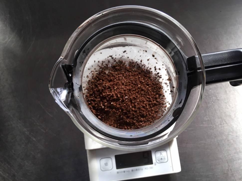 サーバーにコーヒー粉を入れる