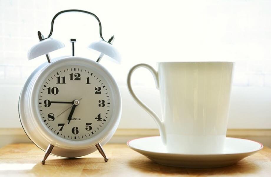 時計とマグカップ
