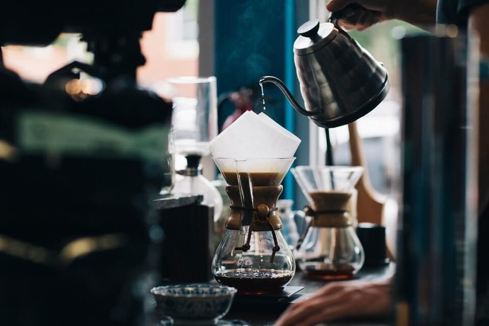 コーヒーを淹れるスキルも磨けるカフェ