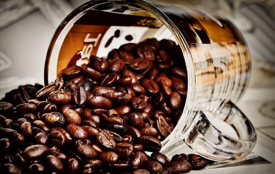 コーヒー豆とグラス