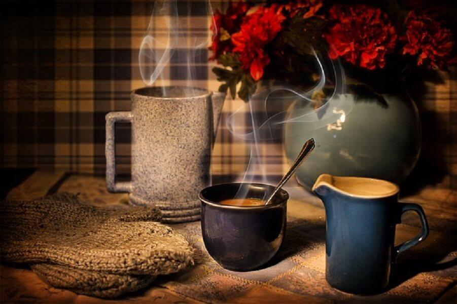湯気がのぼるコーヒーカップ