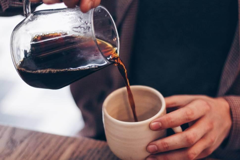 コーヒーをカップに注ぐ