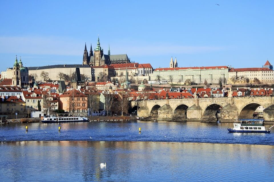 プラハ城とカレル橋が見える風景