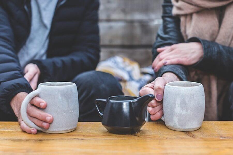 コーヒーを飲む二人