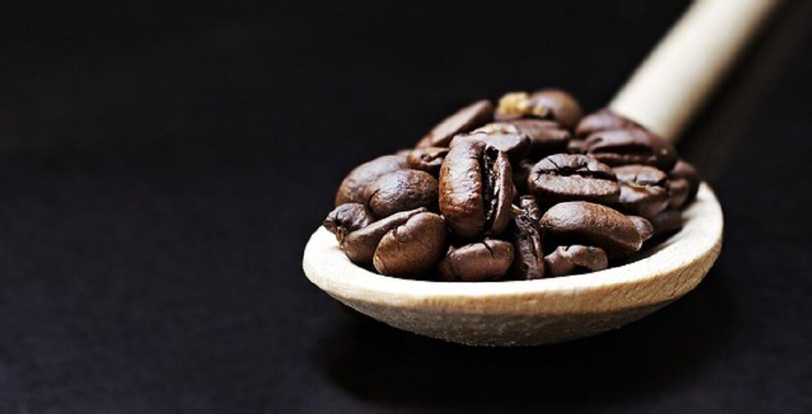スプーンにのったコーヒー豆