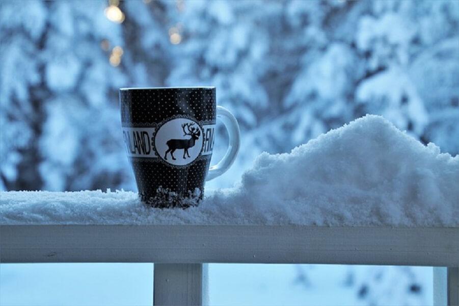 雪とコーヒーマグ