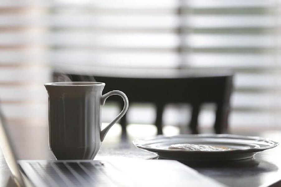 テーブルの上のコーヒーマグ