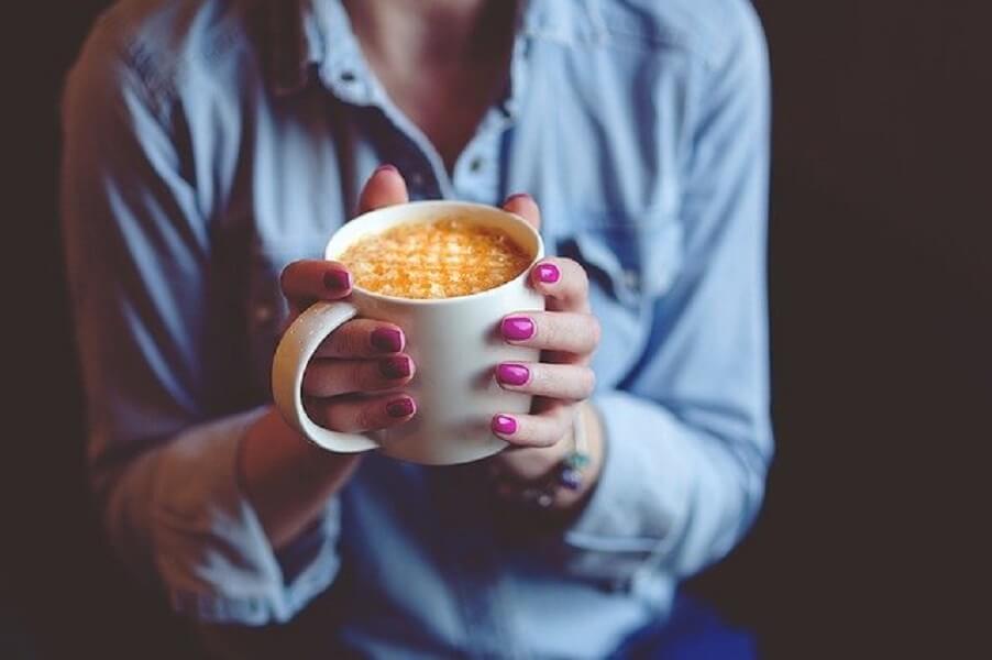 コーヒーマグを持つ手