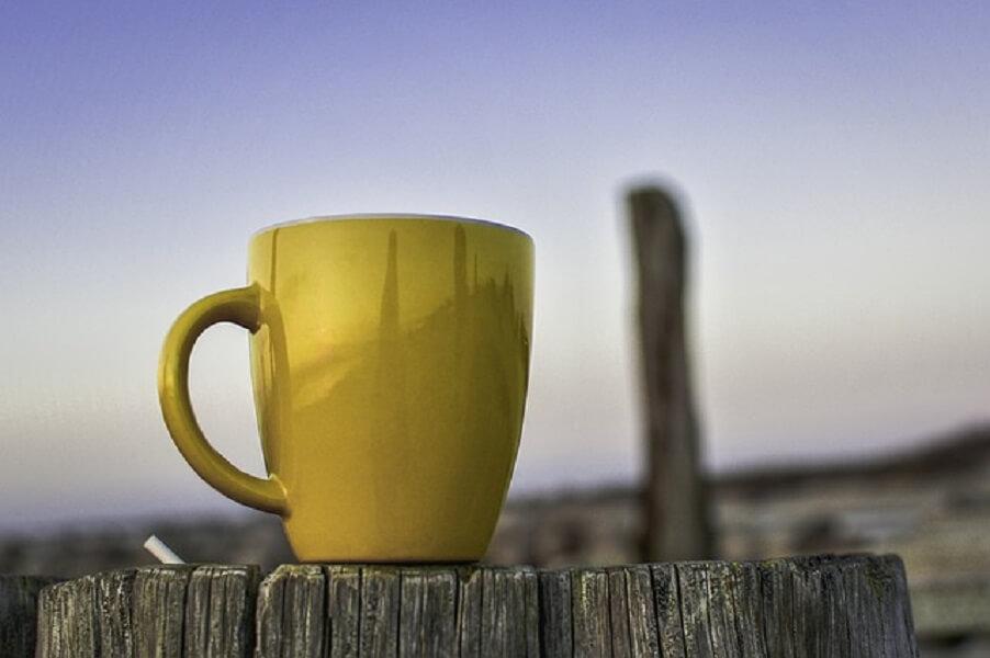 コーヒーマグとシガレット