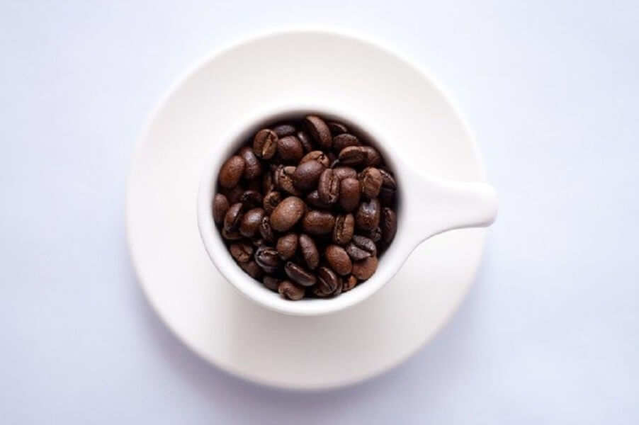 コーヒー豆とカップ